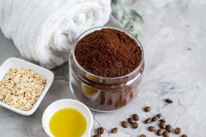 Ingredientes naturais para o conceito caseiro dos TERMAS de Sugar Scrub Oil Beauty da farinha de aveia do café do chocolate do co imagens de stock
