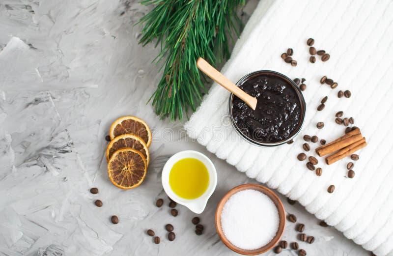 Ingredientes naturais para o cuidado caseiro do corpo do conceito dos TERMAS de Sugar Salt Scrub Oil Beauty do café do chocolate  imagens de stock royalty free