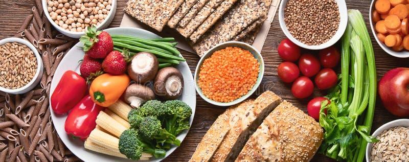 Ingredientes naturais saudáveis que contêm a fibra dietética imagem de stock royalty free