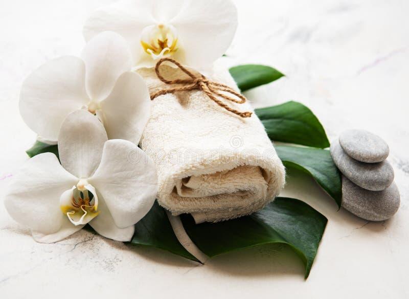 Ingredientes naturales del balneario con las flores de la orquídea imagenes de archivo