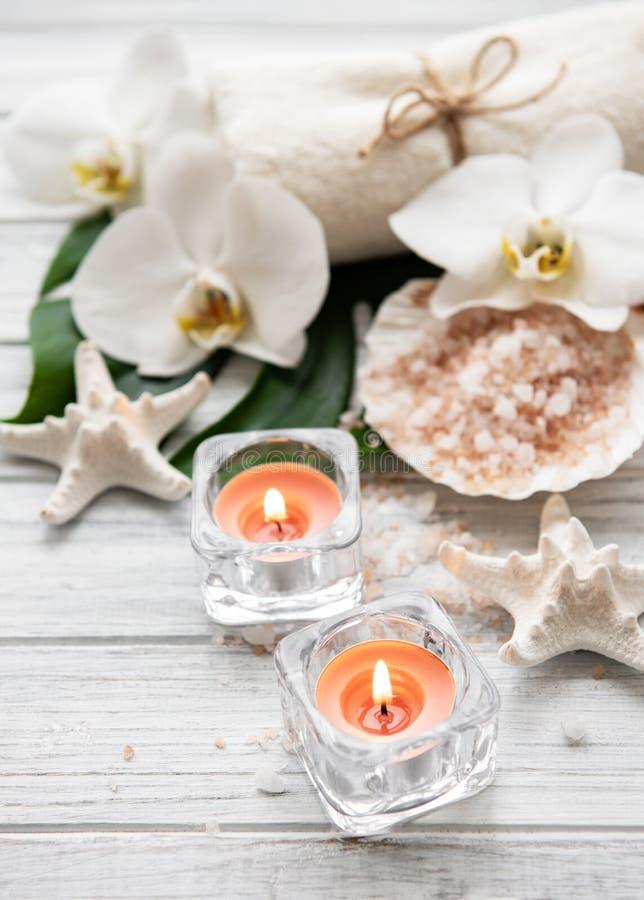 Ingredientes naturales del balneario con las flores de la orqu?dea imagen de archivo libre de regalías