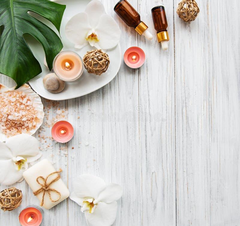 Ingredientes naturales del balneario con las flores de la orqu?dea foto de archivo