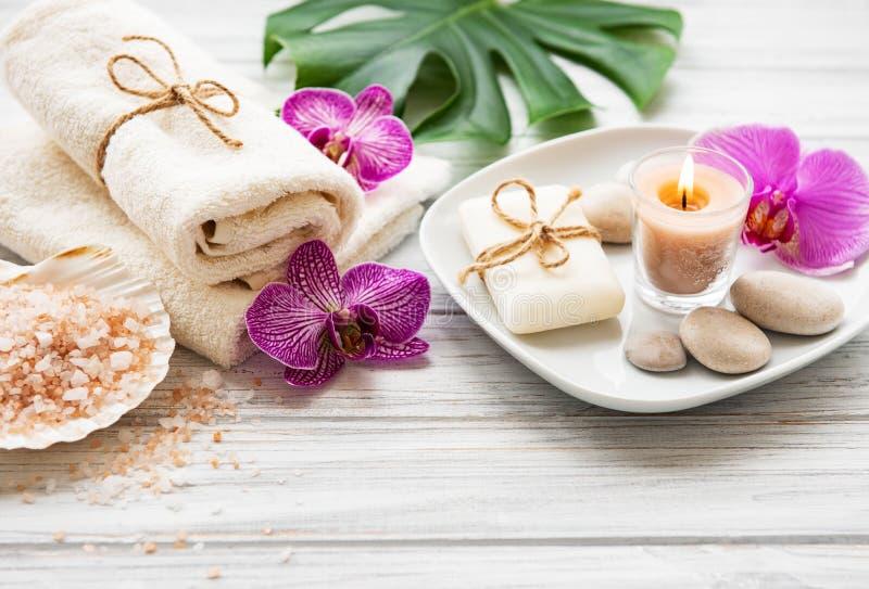 Ingredientes naturales del balneario con las flores de la orqu?dea foto de archivo libre de regalías