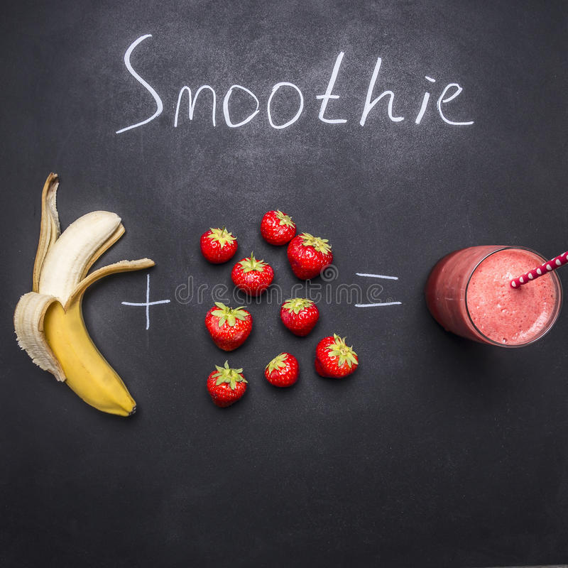 Ingredientes orgânicos frescos do batido, Superfoods e morango e banana saudáveis do estilo de vida ou do conceito do alimento da foto de stock