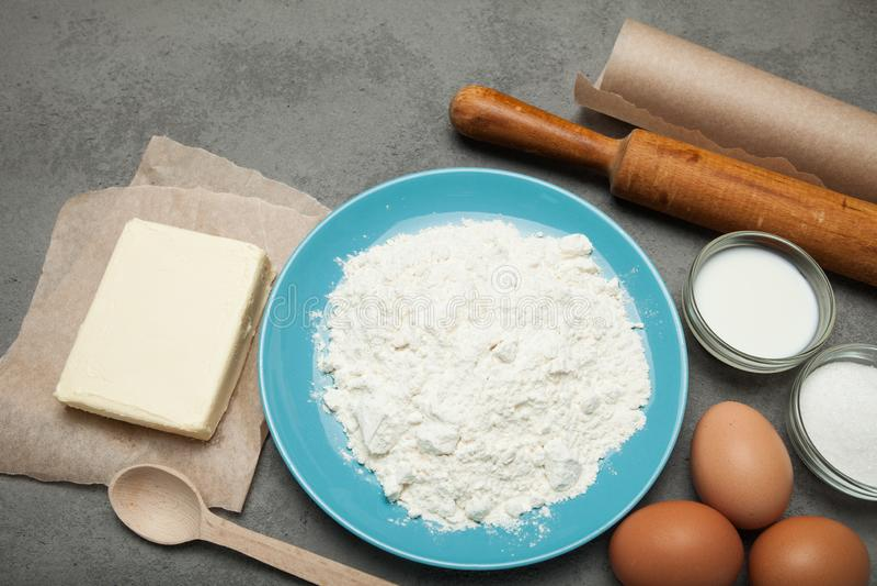 Ingredientes orgânicos para fazer a massa em um fundo cinzento foto de stock royalty free
