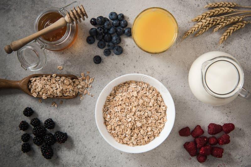 Ingredientes para adietar el desayuno sano en la pizarra de piedra foto de archivo libre de regalías