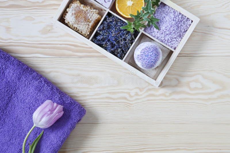 Ingredientes para a aromaterapia e os termas, sal aromático do mar e toalhas Cosméticos naturais, jogo dos termas para a beleza e foto de stock