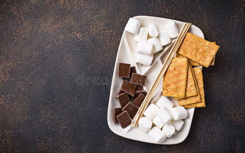 Ingredientes para brindar marshmallows e cozinhar costumes do ` de s imagens de stock