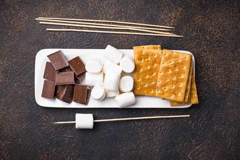 Ingredientes para brindar marshmallows e cozinhar costumes do ` de s fotos de stock