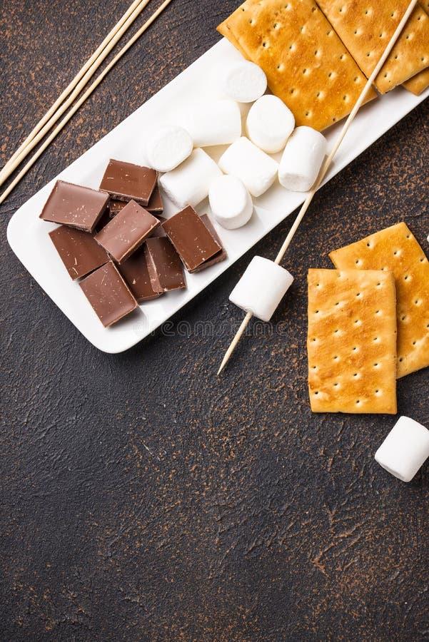 Ingredientes para brindar marshmallows e cozinhar costumes do ` de s foto de stock royalty free