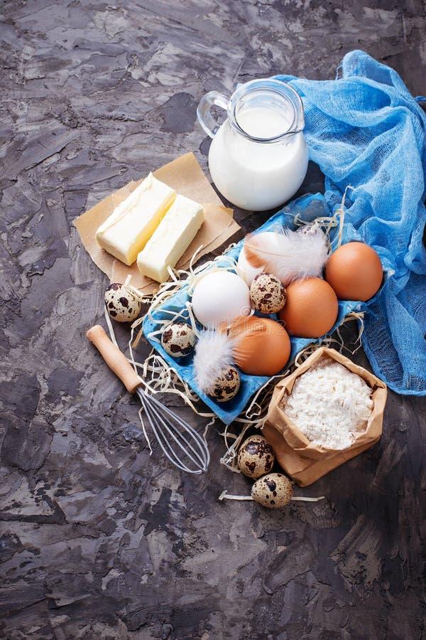 Ingredientes para cocer la torta de Pascua Leche, mantequilla, huevos, harina foto de archivo