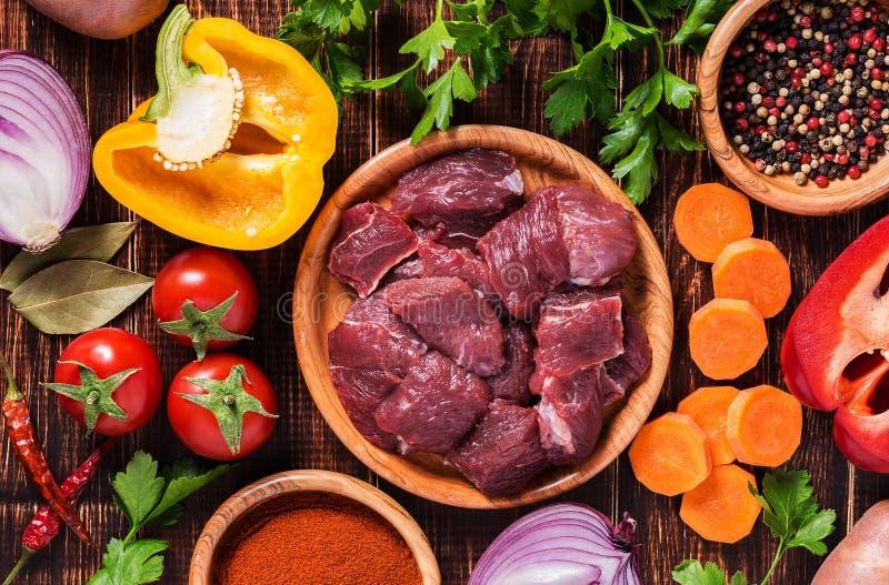 Ingredientes para cocinar del cocido húngaro o del guisado fotografía de archivo libre de regalías