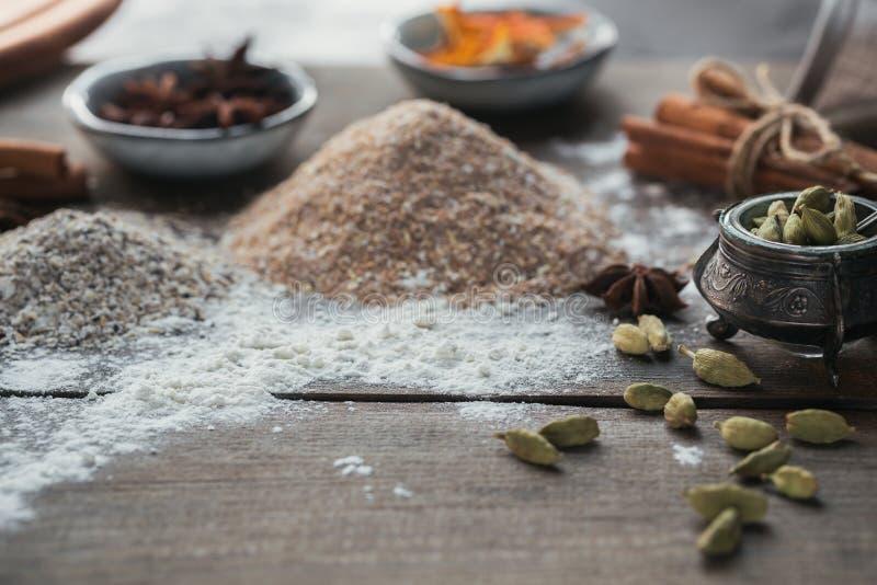 Ingredientes para cocinar el pan o las galletas: salvado, harina y especias imagenes de archivo
