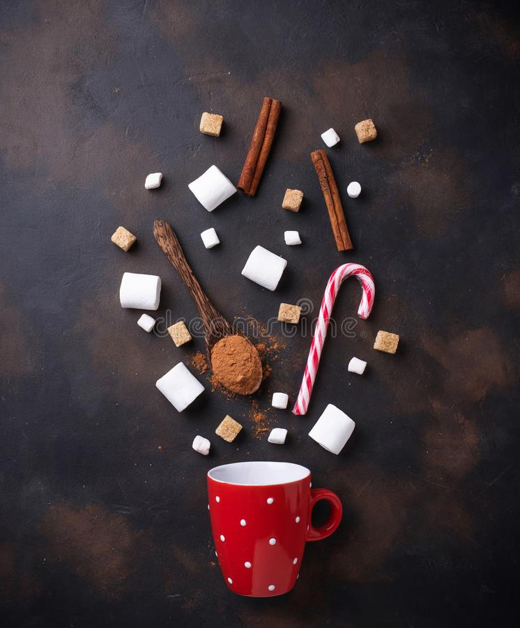 Ingredientes para cocinar la bebida del chocolate caliente o del cacao imágenes de archivo libres de regalías
