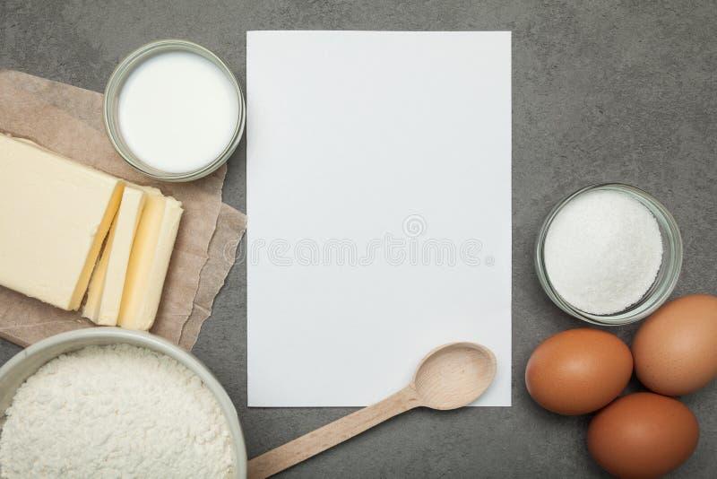 Ingredientes para cocinar la pasta para las tortas hechas en casa, receta fotografía de archivo