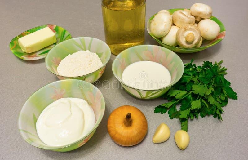 Ingredientes para cocinar la salsa del stroganoff: setas, cebolla, garl foto de archivo libre de regalías
