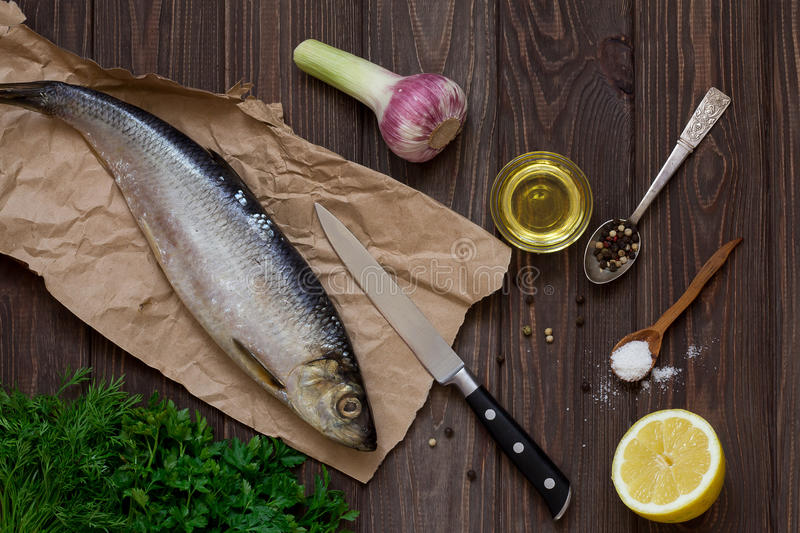 Ingredientes para cocinar la tabla de madera del ¾ n de los arenques Ð vendimia imagenes de archivo