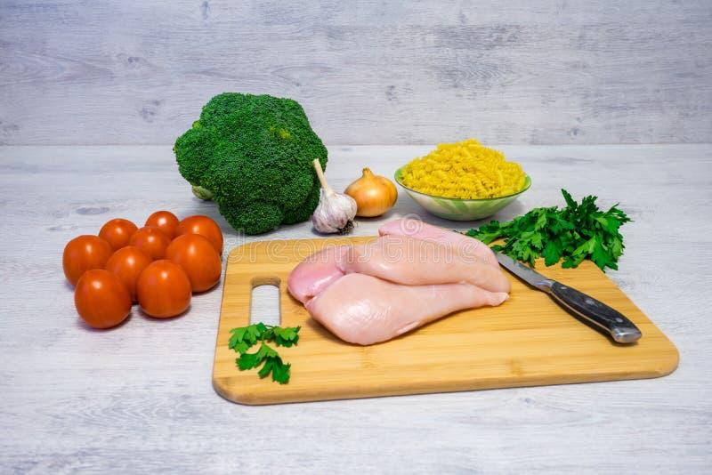 Ingredientes para cocinar las pastas con el pollo y el bróculi fotografía de archivo libre de regalías