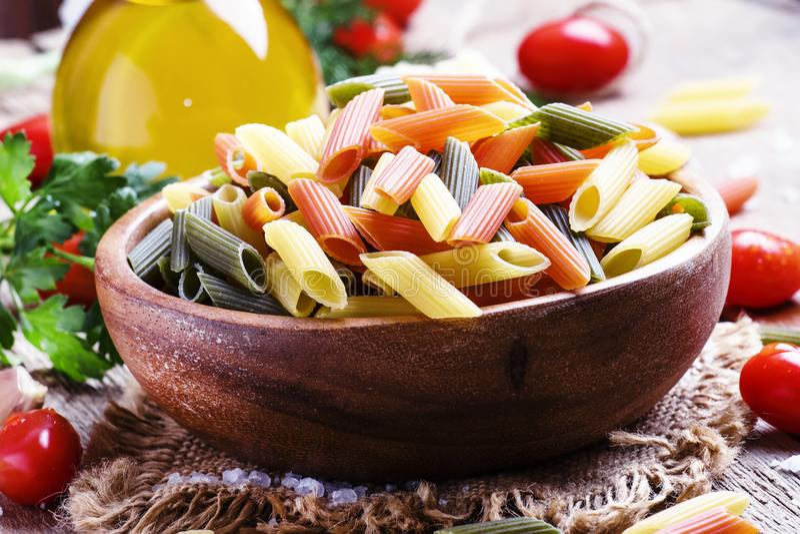 Ingredientes para cocinar las pastas con la salsa del queso y de tomate, viejos imagen de archivo libre de regalías