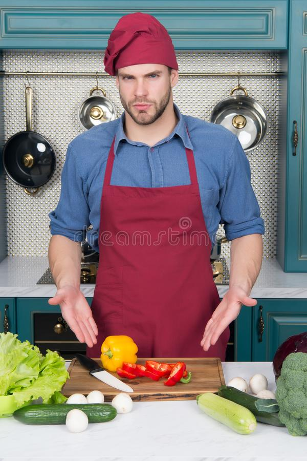 Ingredientes para cocinar platos Punto del hombre en las verduras en la tabla Cocine en sombrero y delantal del cocinero en cocin fotos de archivo libres de regalías