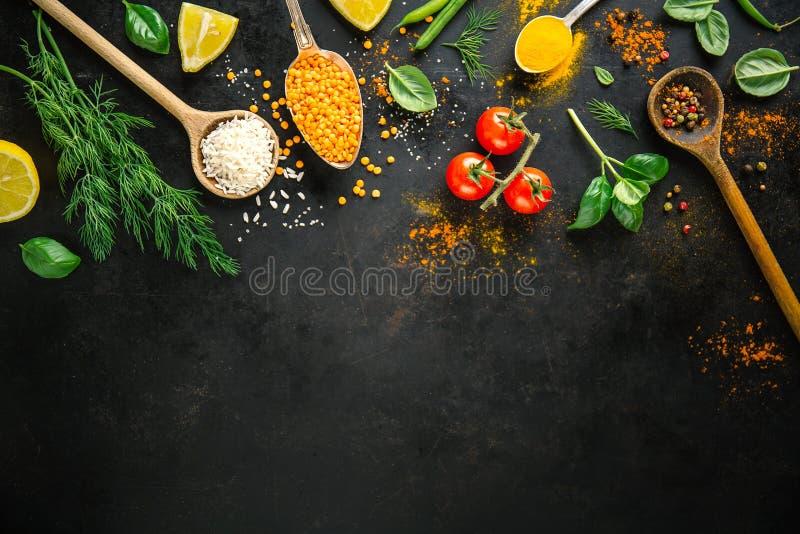 Ingredientes para cocinar puesta en fondo negro fotografía de archivo libre de regalías