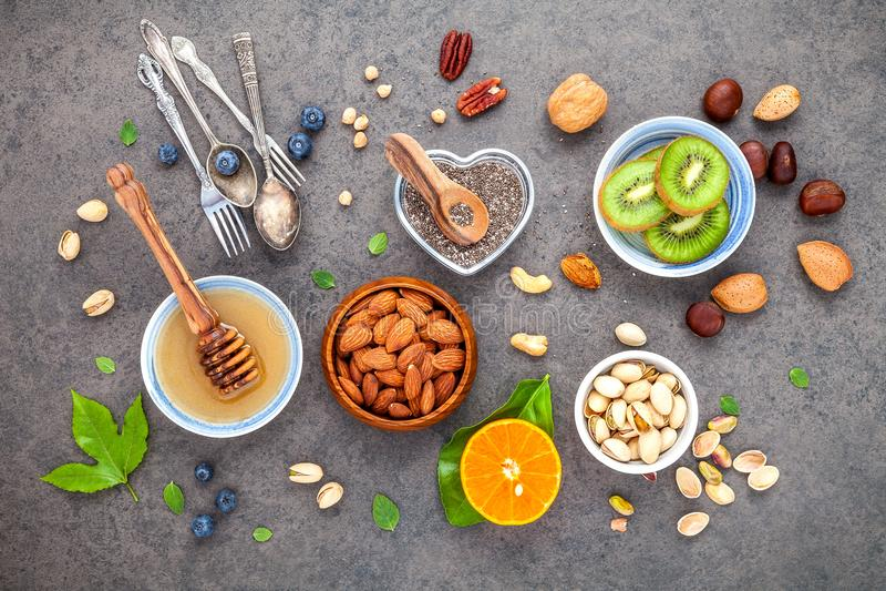Ingredientes para comidas sanas fondo, nueces, miel, bayas imagen de archivo libre de regalías