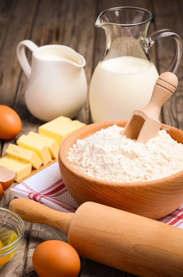 Ingredientes para cozer - leite, manteiga, ovos e farinha imagens de stock royalty free