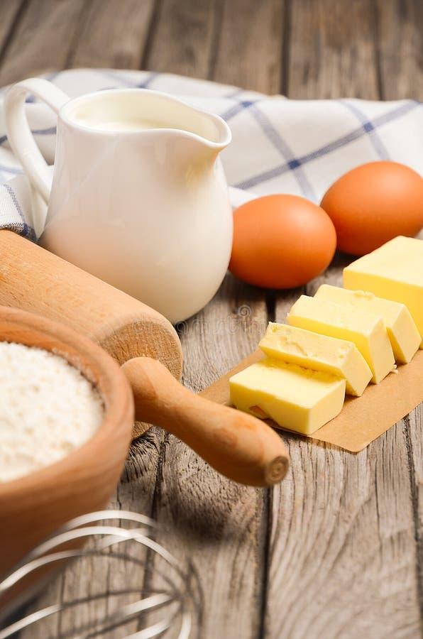 Ingredientes para cozer - leite, manteiga, ovos e farinha imagens de stock