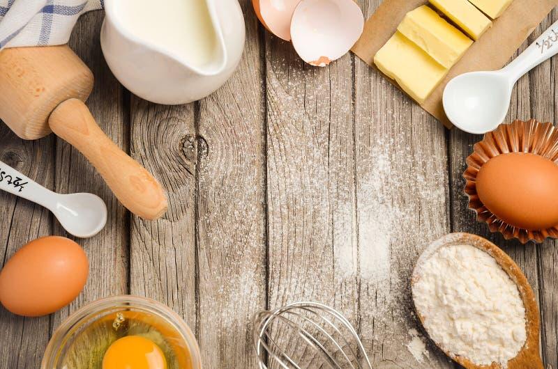 Ingredientes para cozer - leite, manteiga, ovos e farinha fotografia de stock royalty free