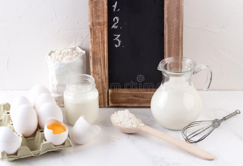 Ingredientes para cozer - leite, ovos e trigo da farinha fotografia de stock
