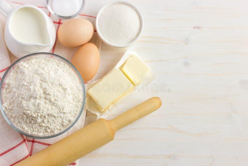 Ingredientes para cozer na tabela de madeira branca fotografia de stock