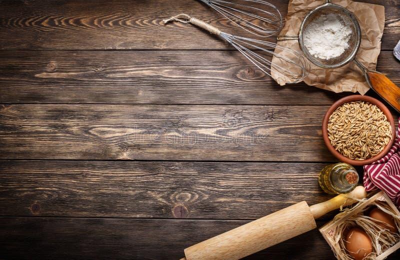 Ingredientes para cozer no fundo de madeira escuro vazio com plac foto de stock royalty free