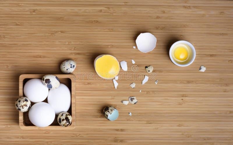 Ingredientes para cozer ou cozinhar Ovos inteiros e separados fotos de stock royalty free