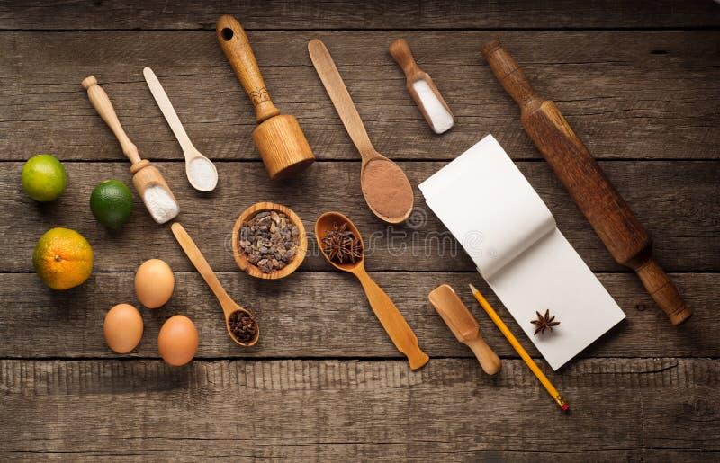 Ingredientes para cozer - ovos, farinha, açúcar no fundo de madeira escuro Vista superior com espaço para o texto Configuração li fotografia de stock