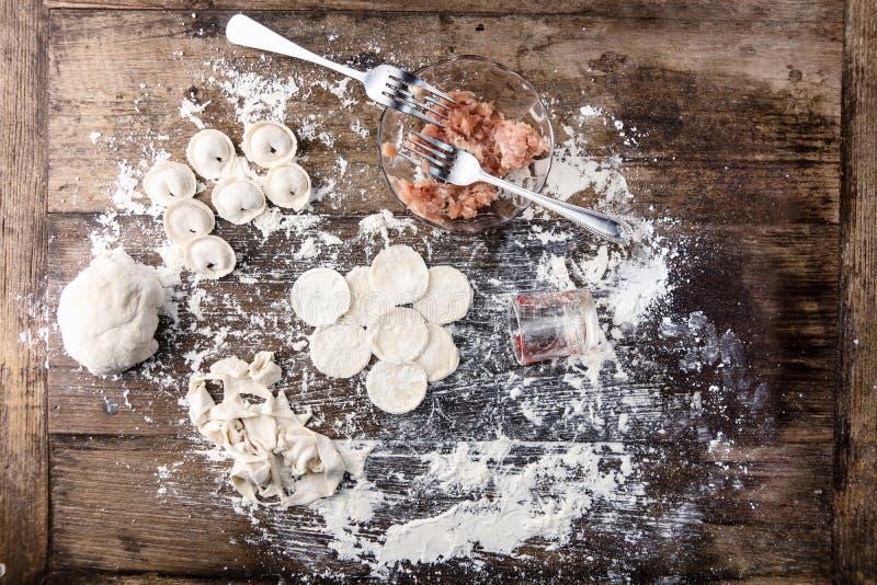 Ingredientes para cozinhar bolinhas de massa do russo em casa na tabela de madeira imagem de stock