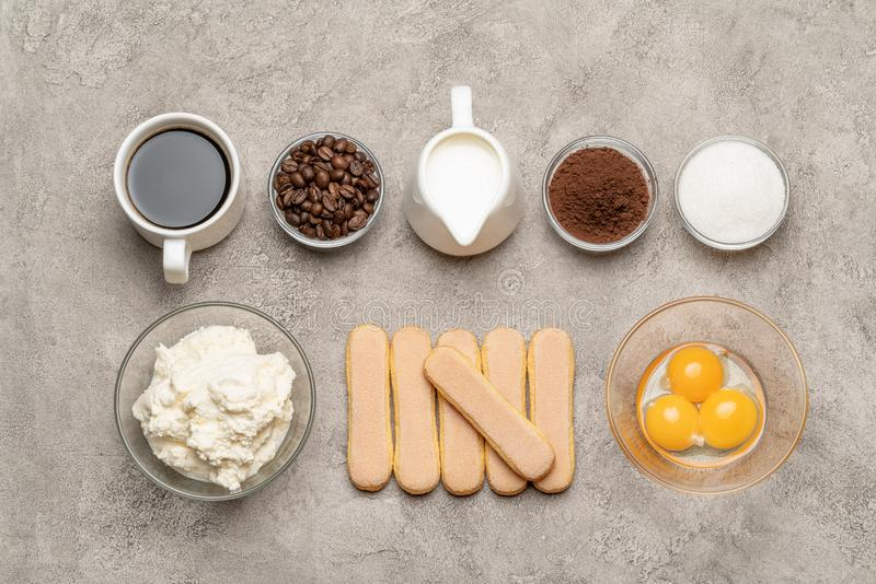 Ingredientes para cozinhar cookies, mascarpone, creme, açúcar, cacau, café e ovo do biscoito de Savoiardi do tiramisu foto de stock