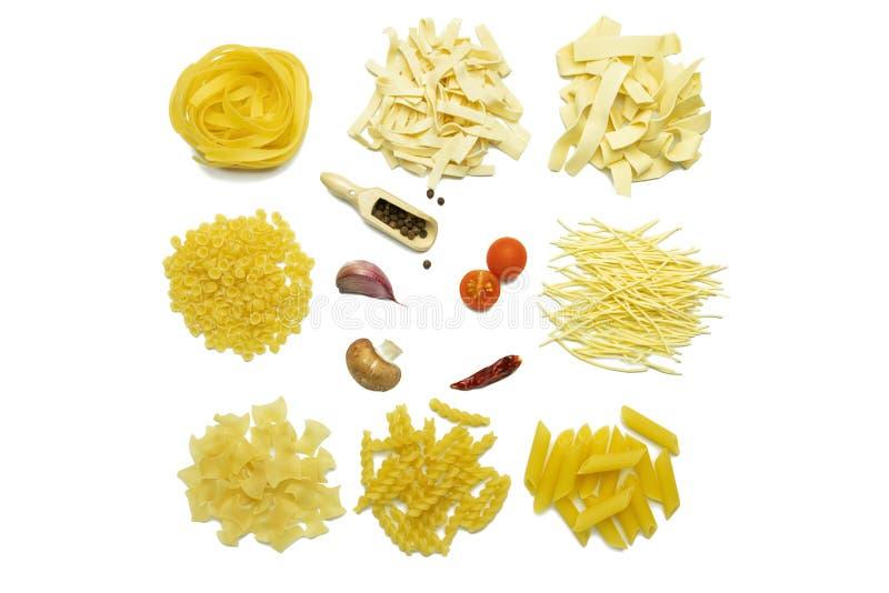 Ingredientes para cozinhar a massa no fundo branco imagens de stock royalty free