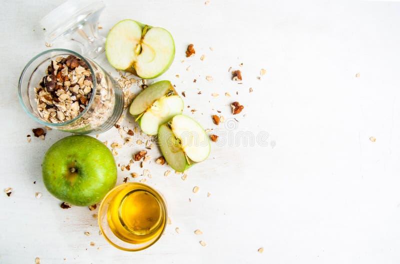 Ingredientes para cozinhar o crumble da maçã do outono fotos de stock
