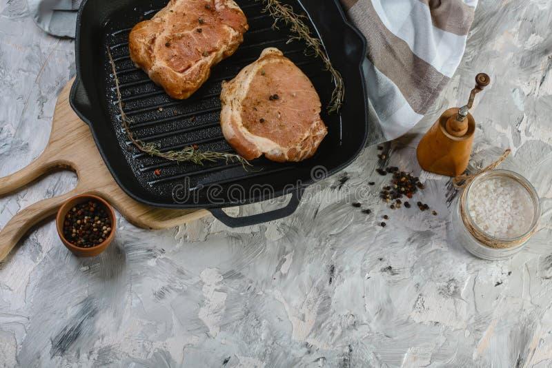 Ingredientes para cozinhar o jantar saudável da carne Bifes crus crus com especiarias, fundo de madeira, bandeja do churrasco do  fotos de stock royalty free
