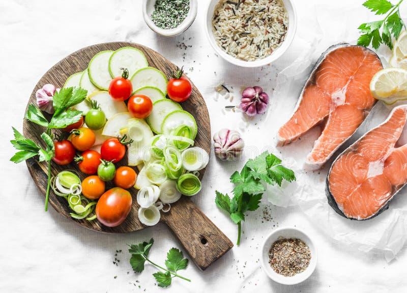 Ingredientes para el almuerzo sano, equilibrado - salmones y las verduras Pescados rojos, calabacín, calabaza, tomates de cereza, imagen de archivo