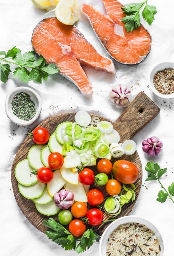 Ingredientes para el almuerzo sano, equilibrado - salmones y las verduras Pescados rojos, calabacín, calabaza, tomates de cereza, fotos de archivo libres de regalías