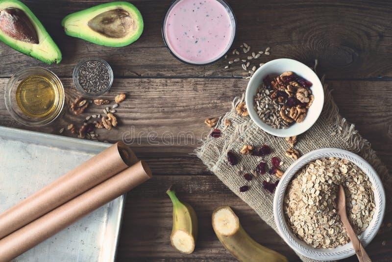 Ingredientes para el desayuno sano en la opinión de sobremesa de madera imágenes de archivo libres de regalías