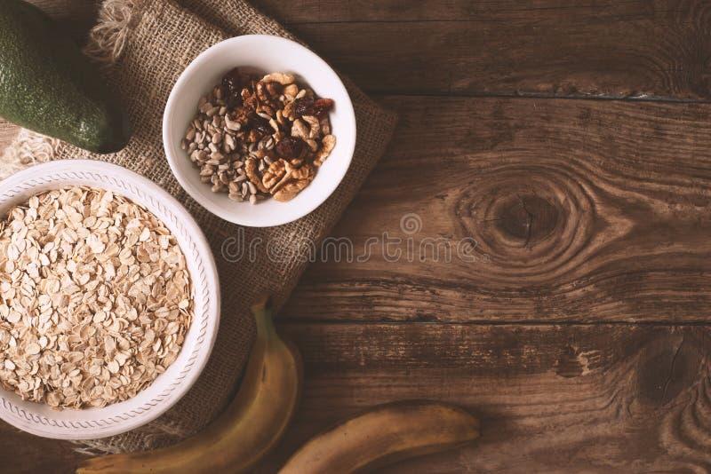 Ingredientes para el granola en la opinión de sobremesa de madera imágenes de archivo libres de regalías