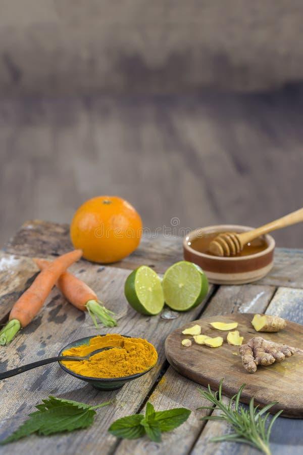 Ingredientes para el impulso inmune, smoothie inflamatorio anti con la cúrcuma y la miel Bebida del jugo de la mañana del Detox,  fotografía de archivo