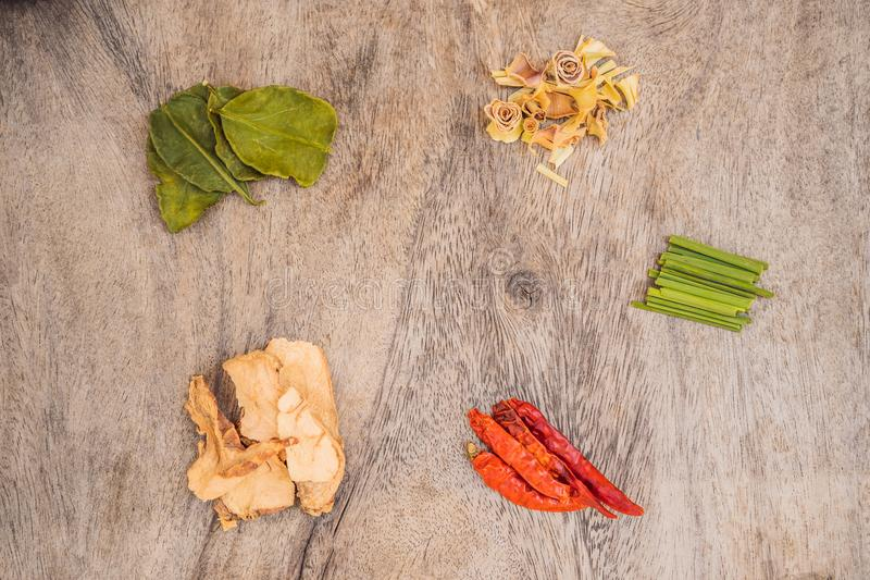 Ingredientes para el kung tailand?s popular de la sopa Tom-yum Cal, galangal, chile rojo, tomate de cereza, Cymbopogon y cal del  foto de archivo libre de regalías