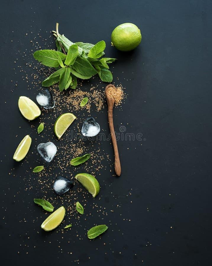 Ingredientes para el mojito Menta fresca, cales, hielo imágenes de archivo libres de regalías