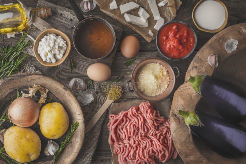 Ingredientes para el moussaka en la opinión de sobremesa de madera fotos de archivo