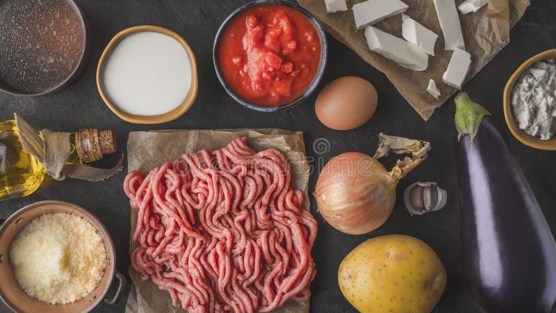 Ingredientes para el moussaka en la opinión de sobremesa de piedra fotos de archivo libres de regalías