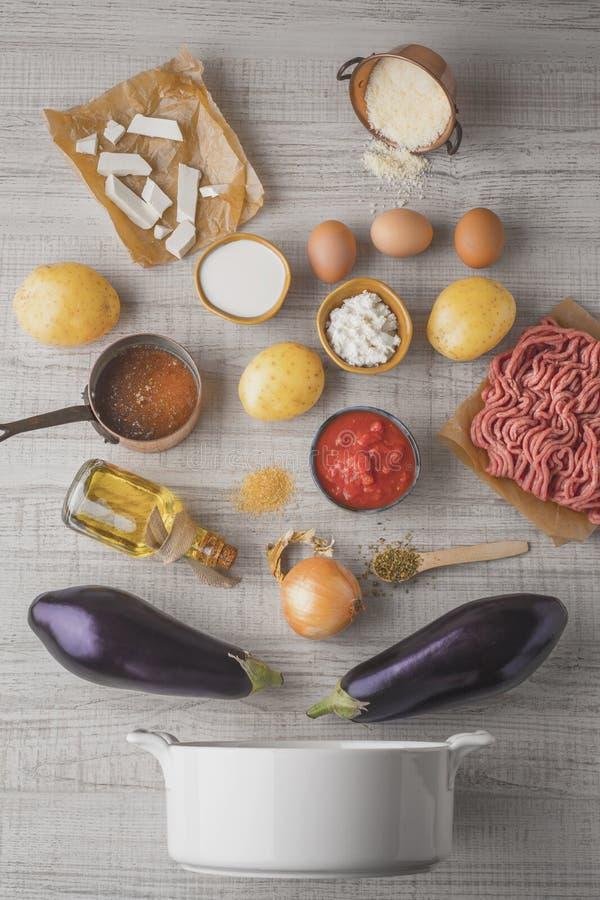 Ingredientes para el moussaka en la tabla blanca fotografía de archivo libre de regalías