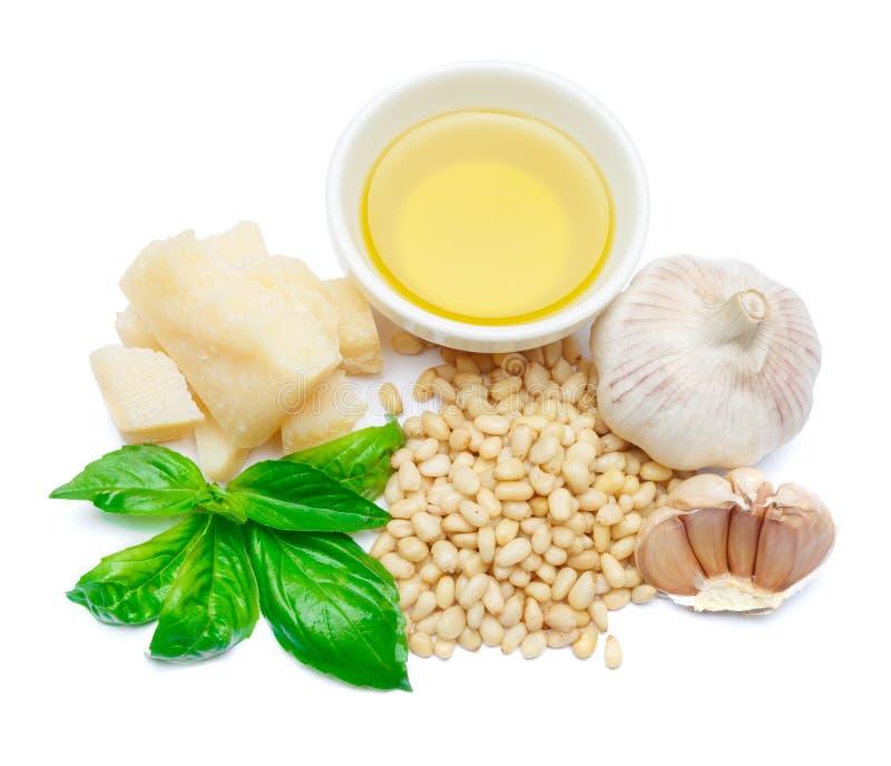 Ingredientes para el pesto italiano tradicional de la salsa aislado en el fondo blanco fotografía de archivo